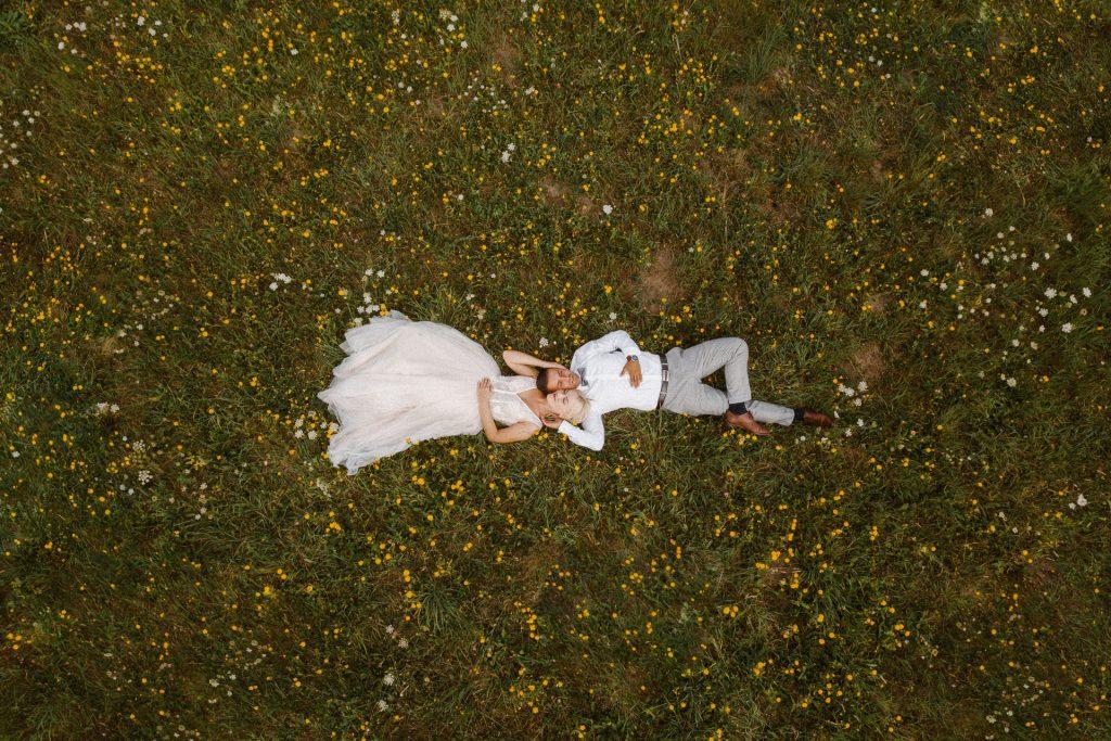 małżeństwo leżące natrawniku