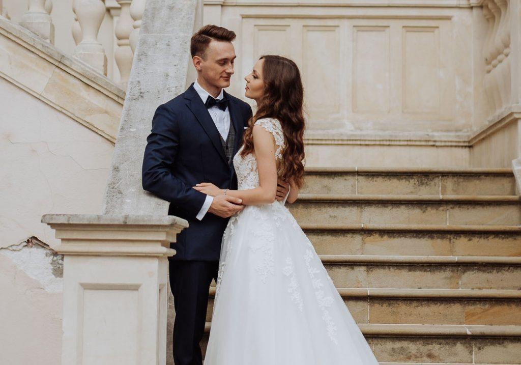 mąż obejmuje żone przedkościołem